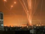 Hàng loạt trái rocket được phóng từ Beit Lahia, Dải Gaza, về phía Israel (Ảnh: AFP)
