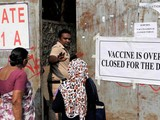 Một người dân Ấn Độ bị từ chối cho vào điểm tiêm chủng, do hết vaccine COVID-19 (Ảnh: Reuters)