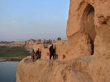 Người dân Afghanistan bị mất nhà cửa tìm đến tàn tích để định cư (Ảnh: Economic Times)