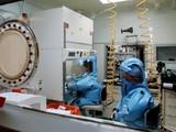 Nhân viên làm việc bên trong phòng thí nghiệp cấp 4 tại Fort Detrick, Maryland, Mỹ (Ảnh: AFP)