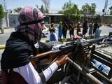 Chiến binh Taliban ngồi sau súng máy đi tuần tra thủ đô Kabul, Afghanistan hôm đầu tuần này (Ảnh: AFP)