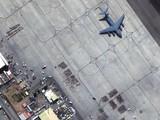 Ảnh chụp vệ tinh cho thấy nhiều người chờ đợi được sơ tán ở sân bay quốc tế Hamid Karzai, gần đó là một chiếc máy bay C-17 (Ảnh: Maxar)