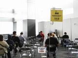 Bên trong một điểm tiêm vaccine COVID-19 ở Nhật Bản (Ảnh: AFP)