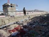 Một tay súng Taliban đứng gác ở hiện trường vụ đánh bom kép hôm 26/8 (Ảnh: AFP)