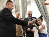 Imam Ali, bé gái 9 tuổi, được trao thư và quà của Tổng thống Putin tại Đại sứ quán Nga ở Syria (Ảnh: SANA)