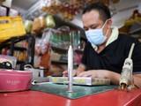 Vaccine COVID-19 vàng mã được làm thủ công (Ảnh: Reuters)