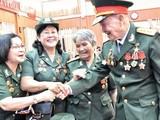 Đại tá, Anh hùng lực lượng vũ trang Nhân dân Nguyễn Văn Tàu gặp lại những đồng đội năm xưa.