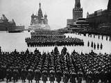 Cuộc duyệt binh lịch sử: từ đây các chiến sĩ Hồng quân tiến thẳng ra mặt trận.