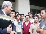 Nguyễn Vũ Tú- Đại sứ Việt Nam tại Philippines tiếp xúc với ngư dân Việt Nam được chính quyền Philippines trả tự do.