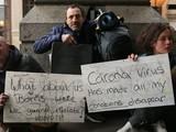 """Người vô gia cư tại Luân Đôn (Anh) đang cầm tấm bảng với các thông điệp """"Chúng tôi thì sao, Boris (Thủ tướng Anh)? Chúng tôi sẽ được cách ly chứ? Làm ơn giúp!"""", """"Virus Corona làm biến mất mọi thu nhập của tôi"""" - Ảnh: BBC."""