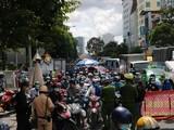 """Ô tô, xe máy xếp hàng tại chốt kiểm soát để được hướng dẫn khai báo """"di biến động dân cư""""- Ảnh Giadinh.net.vn."""
