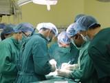 Ekip phẫu thuật cho bệnh nhân T.