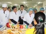 Phó Chủ tịch nước Đặng Thị Ngọc Thịnh thăm bệnh nhân đang điều trị tại Bệnh viện Trung ương Thái Nguyên