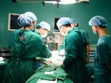 Các bác sĩ phẫu thuật cho nữ bệnh nhân nhập viện trong tình trạng khối u đã di căn. Ảnh: Bệnh viện Nội tiết Trung ương.