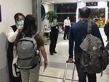 Kiểm tra thân nhiệt của hành khách đi tàu từ Vũ Hán đến Hồng Kông (Ảnh: Đông Phương).
