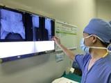 Các bác sĩ xem phim chụp của bệnh nhân. Ảnh: Bệnh viện Hữu nghị Việt Đức
