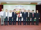 Lãnh đạo Bộ Y tế và Bệnh viện Bạch Mai chúc mừng TS.BS. Dương Đức Hùng. Ảnh: Bệnh viện Bạch Mai