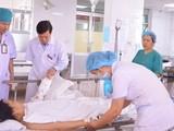 Các bác sĩ thăm khám bệnh nhân sau phẫu thuật. Ảnh: Bệnh viện Phong – Da liễu Trung ương Quy Hòa.