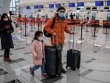 Du khách đeo khẩu trang bảo vệ tại khu vực làm thủ tục của sân bay quốc tế Daxing ở Bắc Kinh. Ảnh: AFP