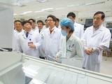Phó Thủ tướng Vũ Đức Đam kiểm tra, đánh giá khả năng ứng phó với bệnh viêm đường hô hấp cấp do chủng virus corona (nCoV) mới gây ra tại Bệnh viện Bệnh Nhiệt đới Trung ương cơ sở 2. Ảnh: Bộ Y tế