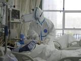 Nhân viên y tế thăm khám cho bệnh nhân tại Bệnh viện Trung ương Vũ Hán. Ảnh: REUTERS