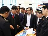 Thứ trưởng Bộ Y tế Đỗ Xuân Tuyên kiểm tra công tác giám sát phòng dịch tại cửa khẩu. Ảnh: Bộ Y tế