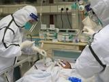 Bác sĩ điều trị cho bệnh nhân nhiễm nCoV tại thành phố Vũ Hán, Trung Quốc. Ảnh: Reuters