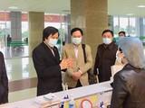 TS. Cao Hưng Thái - Phó Cục trưởng Cục Quản lý Khám, chữa bệnh cùng các thành viên trong Đội cơ động chống dịch viêm đường hô hấp cấp do chủng virus Corona (nCoV) kiểm tra công tác cấp cứu điều trị, cách ly bệnh nhân dương tính với nCoV. Ảnh: Lê Hảo