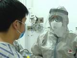 Bác sĩ thăm khám cho bệnh nhân. Ảnh: Bộ Y tế