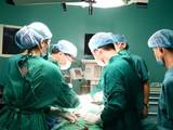 Các bác sĩ phẫu thuật cho bệnh nhân. Ảnh: Bệnh viện Nội tiết Trung ương