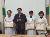 Thứ trưởng Đỗ Xuân Tuyên khen thưởng cho các tập thể, cá nhân có thành tích xuất sắc. Ảnh: Tuấn Dũng