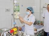 Bác sĩ thăm khám cho bệnh nhân tại Bệnh viện Phổi Trung ương. Ảnh: BVCC