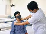 Bác sĩ thăm khám cho chị T. sau ca phẫu thuật. Ảnh: BVCC