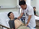 Bác thăm khám cho bệnh nhân người cao tuổi tại Bệnh viện Hữu Nghị. Ảnh: BVCC