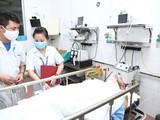 Bác sĩ tại Bệnh viện Hữu nghị Việt Đức điều trị hco bệnh nhân người Iraq. Ảnh: BVCC