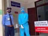 Kiểm tra nhiệt độ tại Bệnh viện Bạch Mai. Ảnh: BVCC