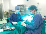 PGS.TS. Nguyễn Mạnh Khánh phẫu thuât cho ông E.M. Ảnh: BVCC