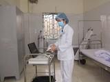 Nhân viên y tế Bệnh viện A Thái Nguyên khử trùng trang thiết bị phục vụ theo dõi, điều trị người bệnh tại phòng cách ly, Khoa Truyền nhiễm. Ảnh: Huy Toản