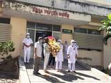 Các bệnh nhân được công bố khỏi bệnh tặng hoa cảm ơn tập thể các bác sĩ Khoa Truyền nhiễm, tại Bệnh viện Đa khoa tỉnh Bình Thuận. Ảnh: Phạm Hằng