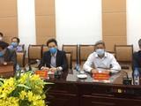 Phó Thủ tướng Vũ Đức Đam ((thứ 2 từ trái sang) dự cuộc hội chẩn chuyên môn trực tuyến các ca bệnh nặng mắc COVID-19. Ảnh: Lê Hảo