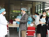 PGS.TS. Lương Ngọc Khuê cùng đoàn công tác của Bộ Y tế kiểm tra Bệnh viện Việt Pháp. Ảnh: Lê Hảo