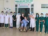 Các bác sĩ tại khoa Hồi sức tích cực chúc mừng vợ chồng bệnh nhân 24 khỏi bệnh. Ảnh: BVCC