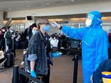 Kiểm tra nhiệt độ hành khách ở sân bay (Ảnh - BYT)