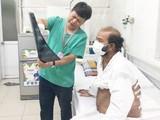 Bác sĩ giải thích tình hình cho bệnh nhân K.V.,53 tuổi, quốc tịch Sri Lanka. Ảnh: Bệnh viện Hữu nghị Việt Đức