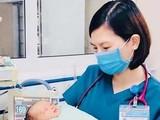 Bác sĩ chăm sóc cho bé sơ sinh 3 ngày tuổi bị bỏ rơi ở hố ga. (Ảnh: Bệnh viện Đa khoa Xanh Pôn)