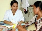 Bác sĩ tư vấn dự phòng lây truyền HIV từ mẹ sang con (Ảnh: Cục Phòng, chống HIV/AIDS)