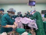Bác sĩ phẫu thuật tách rời cặp song sinh dính liền (Ảnh: Bệnh viện Nhi đồng Thành phố - TP. Hồ Chí Minh)