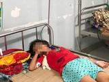 Bé gái bị viêm phúc mạc, tiên lượng xa có thể hẹp dạ dày môn vị, không thể ăn uống bằng đường miệng sau khi uống nhầm axit rửa ắc quy. (Ảnh: Bệnh viện Nhi Trung ương)