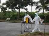 Nhân viên y tế phun khử khuẩn (Ảnh - Minh Thuý)