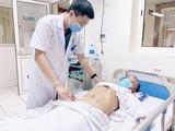 Bác sĩ chăm sóc cho ông H. sau ca mổ lấy chiếc tăm tre đâm thủng ruột non (Ảnh: Bệnh viện Hữu nghị Việt Đức)